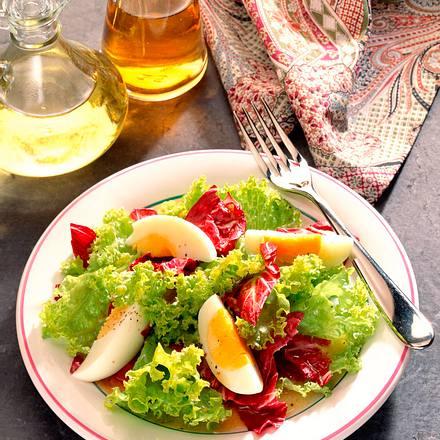 Salat mit Ei und Senf-Vinaigrette Rezept