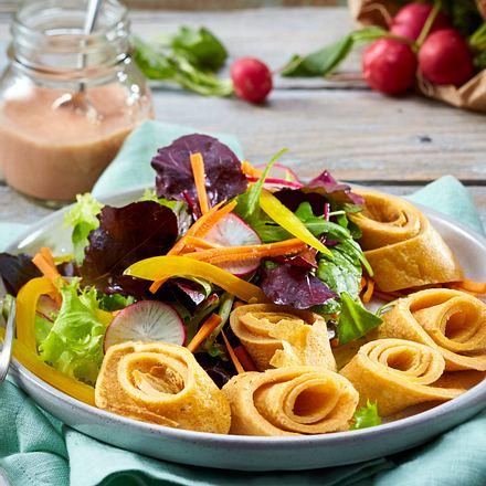 Salat mit Omelettschnecken Rezept
