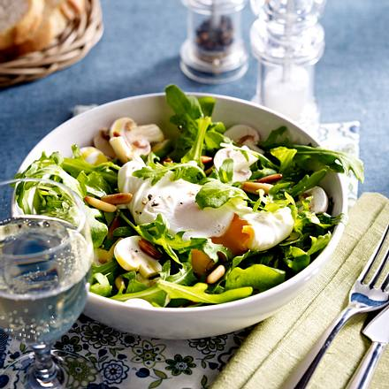 Salat mit pochierten Eiern Rezept
