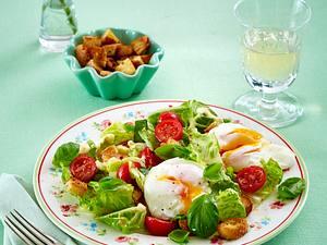 Salat mit pochierten Eiern, Croûtons und Kirschtomaten Rezept