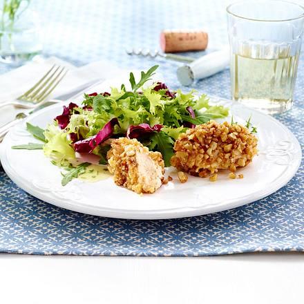 Salat mit Spundekäspralinen und Walnüssen und Gänseblümchen Rezept