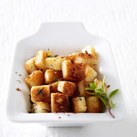 Salat-Toppings vier mal anders: gratinierte Pumpernickeltaler mit Rosmarin-Parmesan-Mandelpaste Rezept