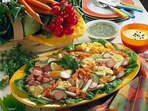 Salatplatte mit Kasseler, Käse und Ei Rezept