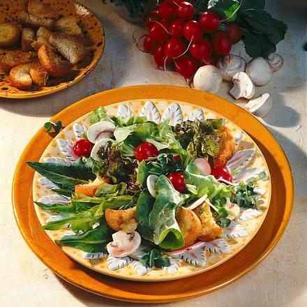 Salatteller mit Knoblauch-Baguette Rezept