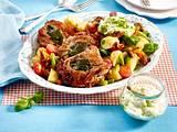 Saltimbocca alla Romana mit Pesto-Schmand und Kartoffelsalat  Rezept