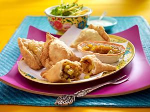 Samosa (indische Teigtaschen gefüllt mit Gemüse) mit Mango-Chutney Rezept