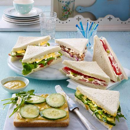 Sandwich mit Currysoße, Käse, Rauke und Gurke Rezept