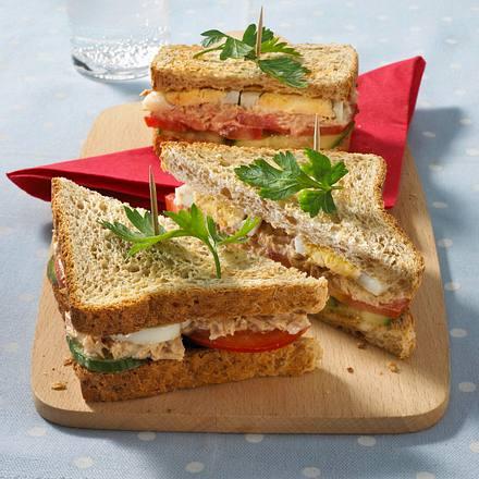 Sandwich mit Thunfischcreme, Tomaten, Gurken und Eischeiben Rezept