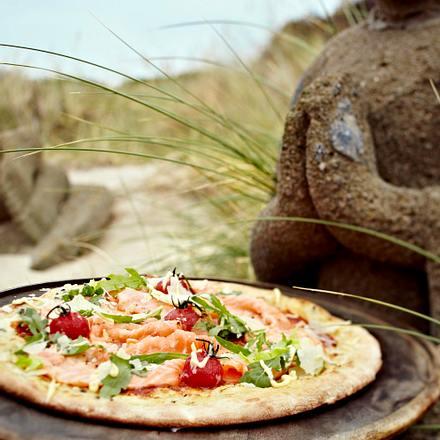 Sansibar-Pizza mit Wildlachs, Tomaten und Rucola Rezept
