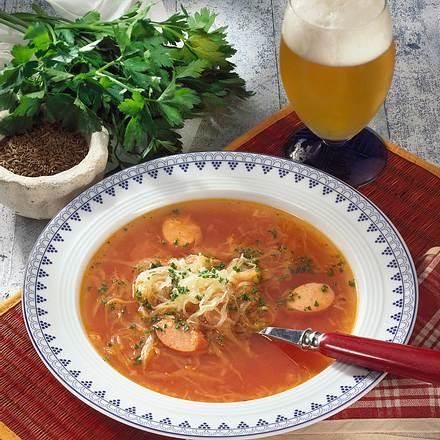 Sauerkraut-Suppe mit Würstchen Rezept