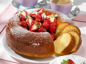 Savarin mit marinierten Erdbeeren Rezept