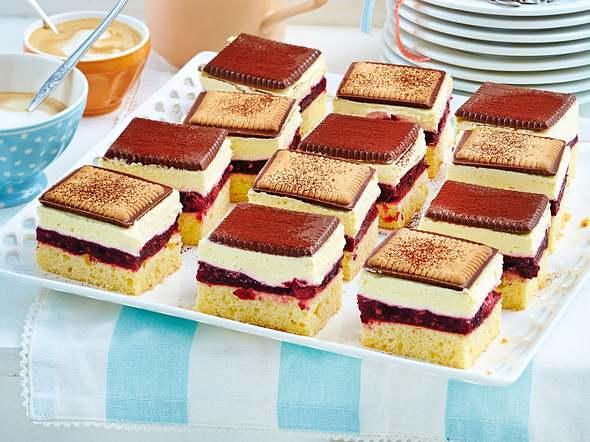 Schachbrett-Butterkeks-Kuchen mit Roter Grütze Rezept