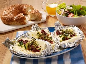 Schafskäse aus dem Ofen mit Salat und Sesamkringel Rezept