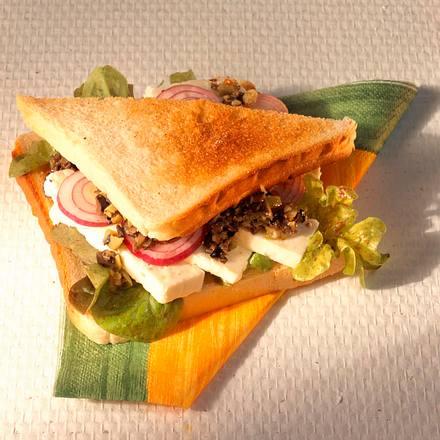 Schafskäse-Sandwich mit Olivenpesto Rezept