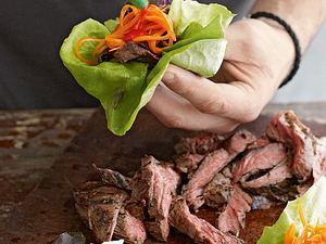 Scharf gebratenes Rindfleisch in Salat-Wraps mit eingelegten Karotten Rezept