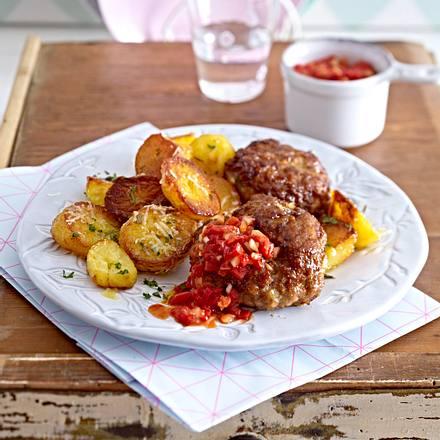 Scharfe Frikadellen mit Paprikasalsa und Parmesankartoffeln Rezept