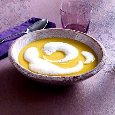 Scharfe Ingwer-Kürbis-Suppe mit Rote Bete-Chips und Kokosschaum Rezept