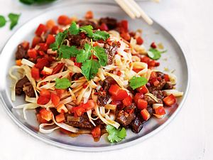 Scharfe Reisnudeln mit Steakstreifen Rezept