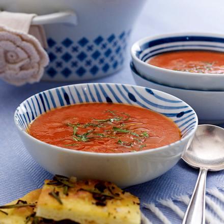 Scharfe Tomatensuppe mit Sambuca zu Salz-Kaffee-Cracker Rezept
