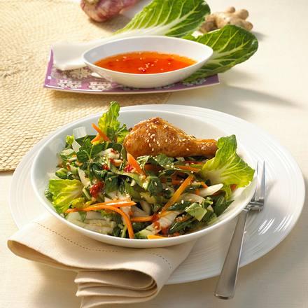 Scharfer Paksoi-Salat mit Hähnchenkeulen Rezept