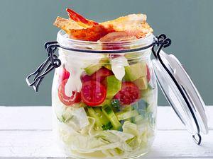 Schichtsalat mit Bacon und Salatgurke Rezept
