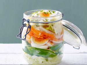 Schichtsalat mit Ei und Zuckerschoten Rezept