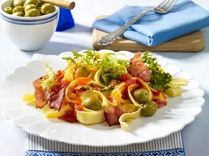 Schinken-Bandnudeln mit Frisee, grünen Oliven und Tomatensoße Rezept