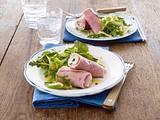 Schinkenröllchen mit Pfeffer-Frischkäsecreme auf Salat Rezept