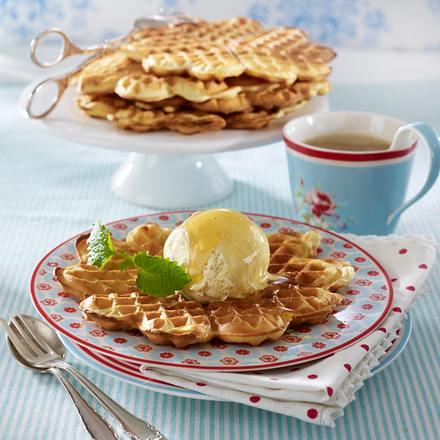 schmand mandel waffeln mit vanilleeis und ahornsirup rezept chefkoch rezepte auf lecker. Black Bedroom Furniture Sets. Home Design Ideas