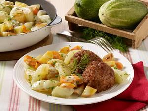 Schmorgurken-Kartoffelpfanne mit Frikadellen Rezept