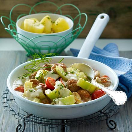 Schmorgurkenpfanne mit Brätbällchen Rezept