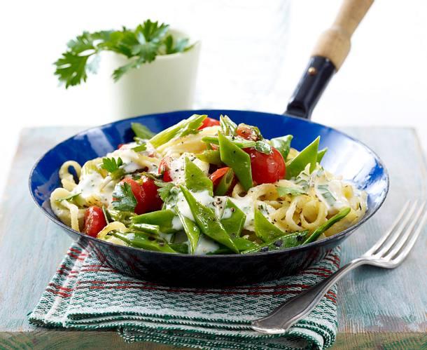 Schneidebohnenpfanne mit Tomaten, Spätzle und Lauchzwiebeln in Schmelzkäsesoße Rezept