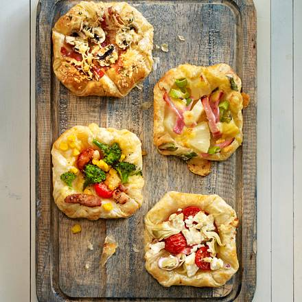 schnelle Blätterteigpizzen mit Salami Rezept