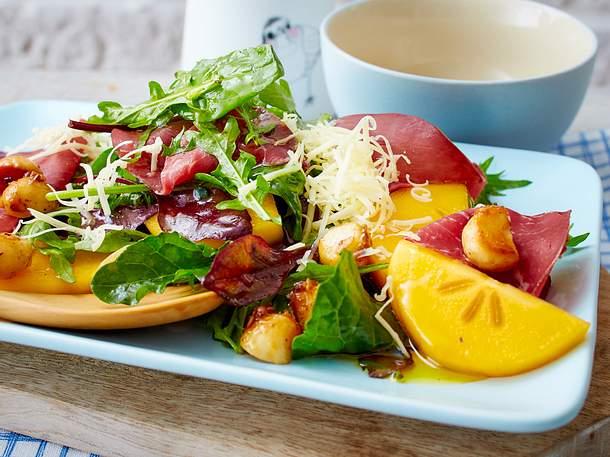 Kaki-Salat mit Bünder Fleisch und Macadamianüssen