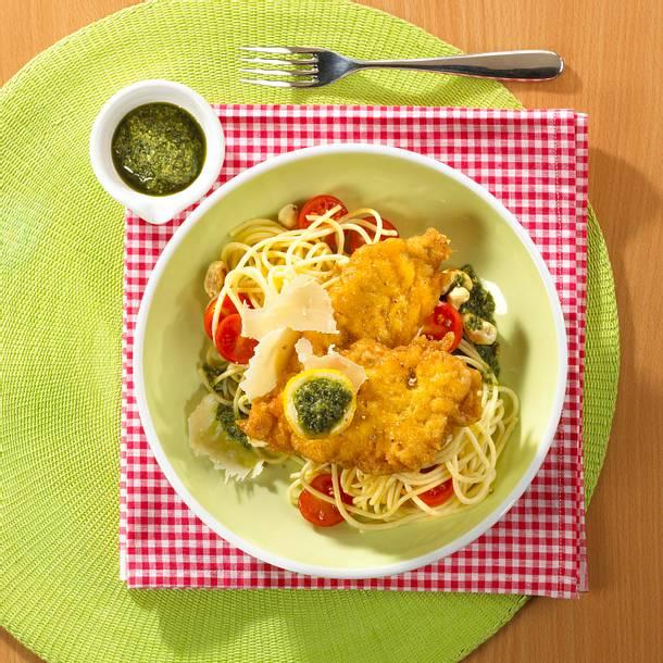 Schnitzel in Eihülle mit Spaghetti und grünem Pesto Rezept