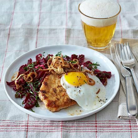 Schnitzel mit Spiegelei, dazu rote Bete, Sardellenfilets Rezept