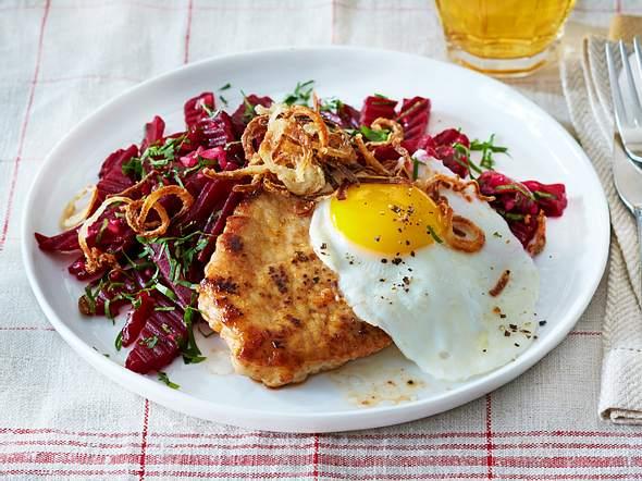 Schnitzel mit Spiegelei und Rote-Bete-Salat Rezept