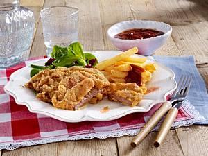 Schnitzel vom Rind mit Rosmarin-Panade, Pommes frites und Salat Rezept