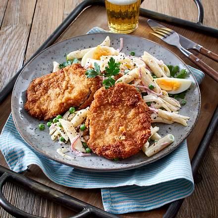 Schnitzel Wiener Art mit Nudelsalat Rezept