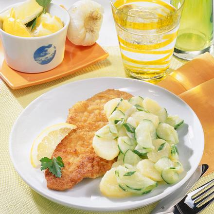 Schnitzel zu Kartoffel-Gurkensalat Rezept