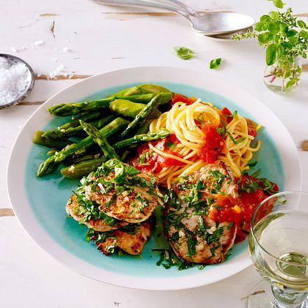 Schnitzelinis mit Spargel, Tomaten-Basilikum-Soße und Spaghetti Rezept