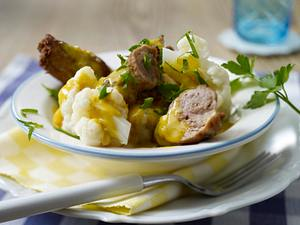 Schnitzelröllchen mit Zwiebelmettwurst in Currysoße und Blumenkohl Rezept