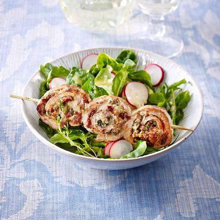 Schnitzelröllchen-Spieß auf Salat Rezept
