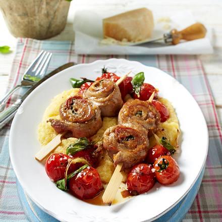 Schnitzelröllchen-Spieße mit Polentabrei und geschmorten Kirschtomaten Rezept