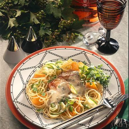 Schnitzelstückchen in Gorgonzola-Soße auf Gemüsestreifen Rezept