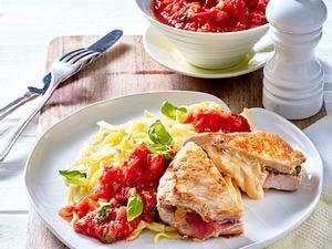 Schnitzeltaschen mit Tomatensoße und Bandnudeln Rezept