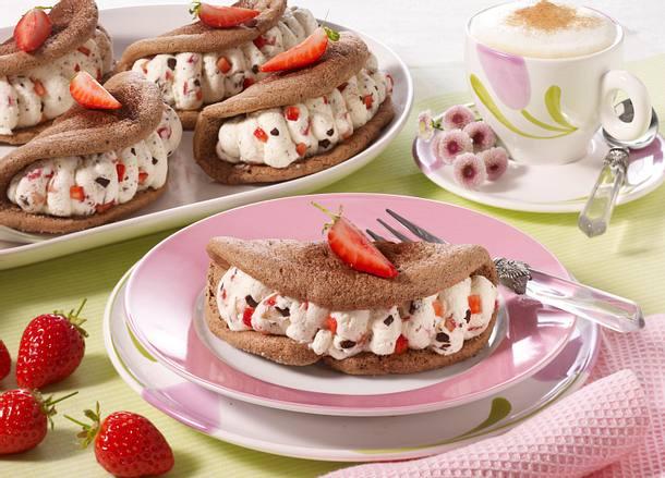 Schoko-Biskuit-Omeletts mit Stracciatellasahne und Erdbeeren (mit Puderzucker) Rezept