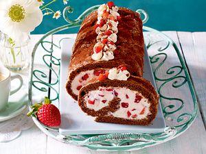 Schoko-Biskuitrolle mit Erdbeer-Joghurt-Sahne Rezept