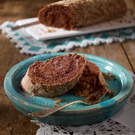 Schoko-Biskuitrolle mit Haselnüssen Rezept