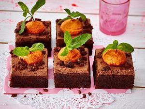 Schoko-Blechkuchen mit Baiser-Möhren Rezept